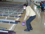 勢いよくボールを投げている写真、片麻痺の方