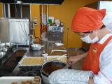 クッキーを作っている写真